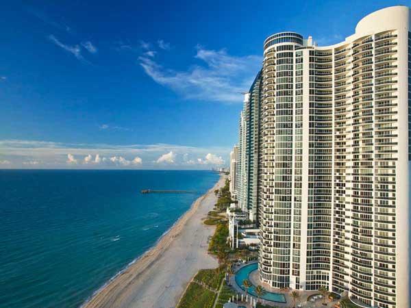 Exterior of Solé Miami beach resort